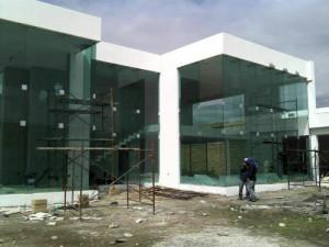 Fachada en vidrio templado